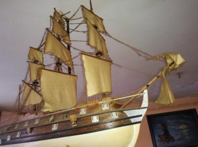 dřevěný model, 1m dlouhý, zaprášený